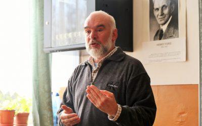 Rendhagyó irodalomórát tartott Vida Gábor író a Gheorghe Șincai Műszaki Líceumban